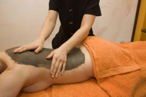ionithermie cellulite reduction program, woman applying algae detox on womans back