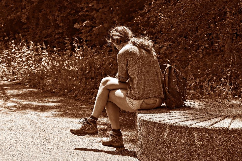 having cellulite when crossing legs, woman sitting cross legged at park